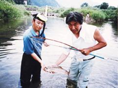写真:日野川でサクラマスをゲット